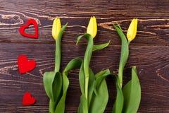 Gelbe Tulpen und Herzen Stockfotos