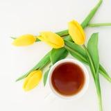 Gelbe Tulpen und Teebecher lokalisiert auf weißem Hintergrund Ausführliche vektorzeichnung Flache Lage Beschneidungspfad eingesch Stockfotos