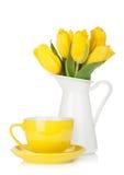 Gelbe Tulpen und Teecup Stockfotografie