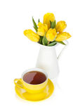 Gelbe Tulpen und Teecup Lizenzfreie Stockfotografie