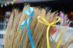 Gelbe und blaue Bänder gebunden in den Bögen auf einem Besen Pfannkuchen, Beitrag, shrovetide Lizenzfreies Stockfoto