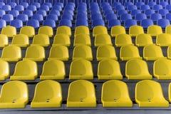 Gelbe und blaue Stadionsitze Stockfotos