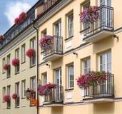 Gelbe und grüne Gebäude Lizenzfreie Stockfotografie