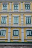 Gelbe und grüne Gebäudewand Stockfotografie