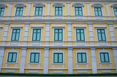 Gelbe und grüne Gebäudewand Stockfoto