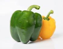 Gelbe und grüne Gemüsepaprikas auf Weiß Stockfotos