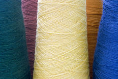 Gelbe und grüne Hintergrundthreads und -garne Stockfotos