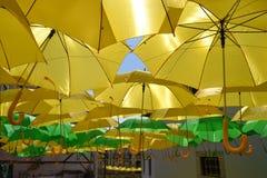 Gelbe und grüne Regenschirme Stockfotos