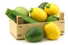 Gelbe und grüne Zucchini (Cucurbita pepo) stockfotos