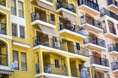 Gelbe und orange Balkone in der Perspektive Stockfotografie