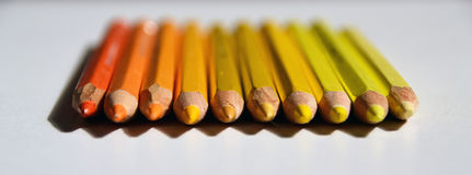 Gelbe und orange Bleistifte liegen in Folge lizenzfreies stockbild