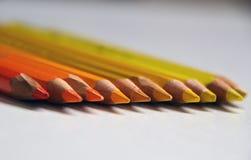 Gelbe und orange Bleistifte liegen in Folge lizenzfreie stockfotos