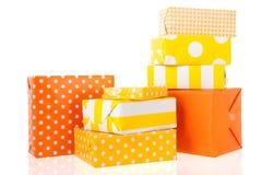 Gelbe und orange Geschenke stockfotografie