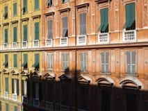 Gelbe und orange Häuser in Genua Stockfoto