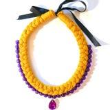 Gelbe und purpurrote Halskettenborte vom Garn mit einem Dekor Stockfotografie