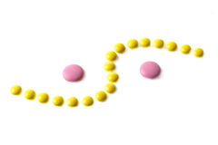 Gelbe und rosafarbene Tabletten stockfoto
