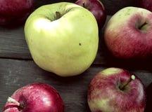 Gelbe und rote Äpfel stockfotos