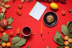 Gelbe und rote Blätter des Herbsthintergrundfrühstücks-Kuchens von Beerenobstnüssen stockbild