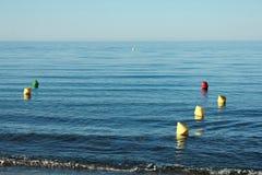 Gelbe und rote Bojen am Strand Lizenzfreies Stockbild