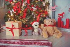 Gelbe und rote Farben Geschenke, Geschenkbox, unter dem Weihnachtsbaum mit der bunten Spielwarenweinleseart alt Lizenzfreies Stockfoto