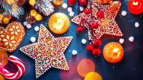 Gelbe und rote Farben Weihnachten gediente Tabelle mit Dekorationen lizenzfreies stockfoto