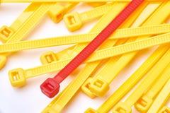 Gelbe und rote Kabelbinder Handelsfoto auf weißem Hintergrund Lizenzfreie Stockfotografie