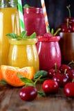 Gelbe und rote Smoothies in den Glasgefäßen Lizenzfreie Stockbilder