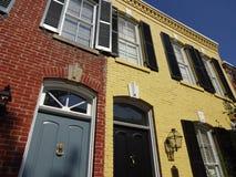 Gelbe und rote Stadtwohnungen in Georgetown Lizenzfreie Stockbilder