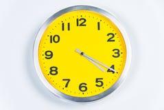 Gelbe und silberne Wand-Borduhr Stockfotos