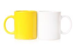 Gelbe und weiße Becher für Kaffee oder Tee Lizenzfreie Stockfotografie