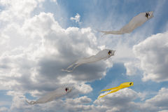 Gelbe und weiße Geistdrachen im blauen bewölkten Himmel Stockfotografie