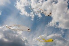 Gelbe und weiße Geistdrachen im blauen Sommerhimmel Lizenzfreies Stockfoto
