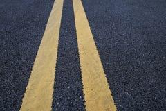 Gelbe Verkehrslinien Markierung auf Asphaltstraße Lizenzfreie Stockfotografie