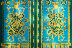 Gelbe Verzierung auf grüner Tür Stockbild