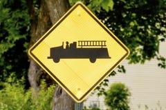Gelbe Vorsichtlöschfahrzeuge voran Stockfotos