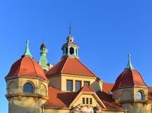 Gelbe Wände, rote Dächer und blauer Himmel Stockbild