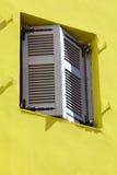 Gelbe Wand Blendenverschlüsse eines alte Fensters. Lizenzfreie Stockfotos