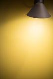Gelbe Wand mit Licht Stockfotos