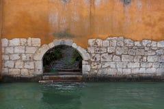 Gelbe Wand und ein kleiner Bogen durch den Fluss in Frankreich, Annecy Lizenzfreies Stockfoto