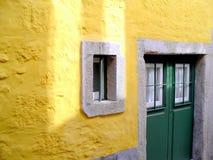 Gelbe Wand und grüne Tür Lizenzfreie Stockbilder