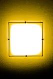 Gelbe Wandlampe in der Dunkelheit Stockfotografie