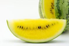 Gelbe Wassermelone der Scheibe lokalisiert Stockbilder