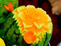 Gelbe Wassermelone mit rosafarbenem Schnittmuster stockfotos