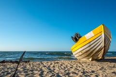 Gelbe weiße Boote auf schönem Strand Stockfoto