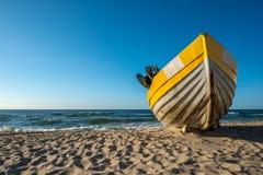 Gelbe weiße Boote auf schönem Strand Lizenzfreie Stockbilder