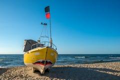 Gelbe weiße Boote auf schönem Strand Stockfotografie