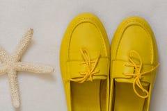 Gelbe weibliche Schuhe auf einem weißen Hintergrund Stockfoto