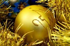 Gelbe Weihnachtskugel lizenzfreie stockfotos