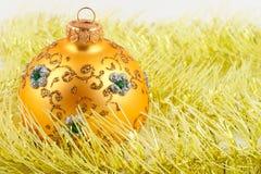 Gelbe Weihnachtskugel auf einem gelben Filterstreifen lizenzfreie stockfotos