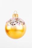 Gelbe Weihnachtskugel auf einem weißen Hintergrund lizenzfreie stockfotos